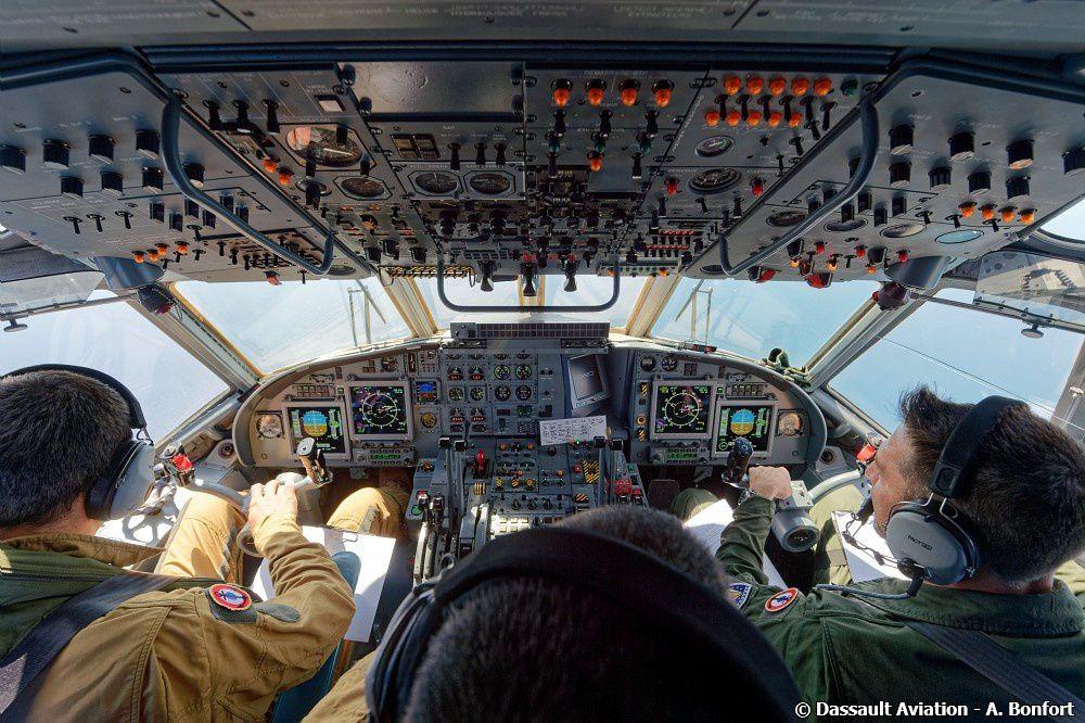 Quelques éléments de l'ATL 2 standard 6 avec le cockpit, les différentes consoles de travail et la boule électro-optique MX-20.