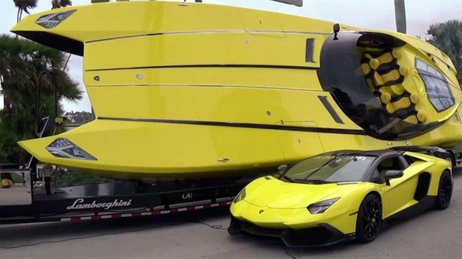 En réalité, ce n'est pas le premier bateau Lamborghini. Un richissime propriétaire avait fait fabriquer un bateau de course qui s'inspirait de son Aventador jaune et noire. Son nom ? L'Aventaboat tout simplement.