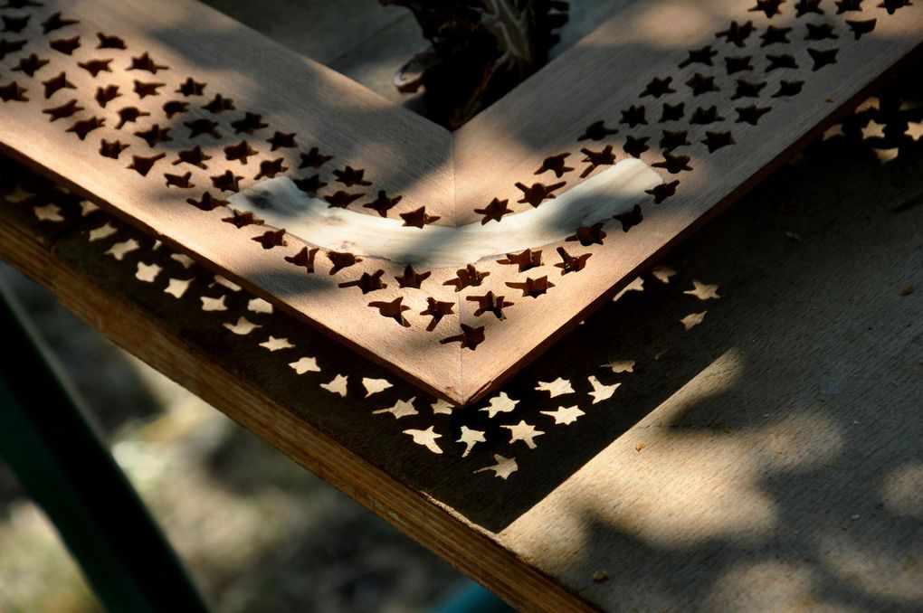 Sur la table de travail, le bois brodé (4 photos)