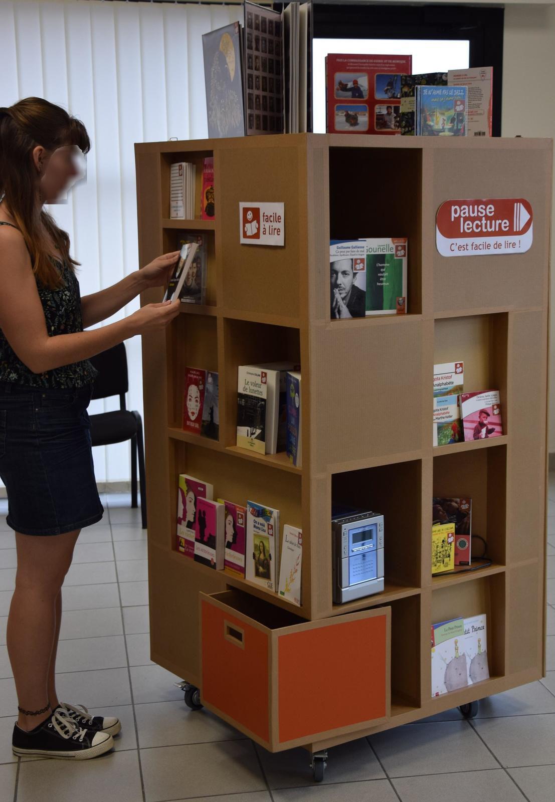 """Présentoirs en carton """"Facile à lire"""""""