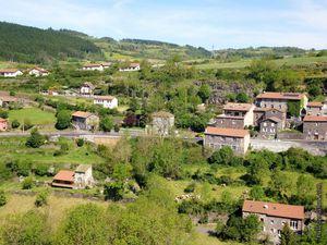En contrebas du château, des maisons et de la départementale...