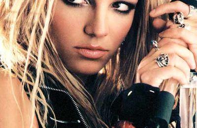 La cremallera de Britney Spears le juega una mala pasada en el escenario (Vídeo).