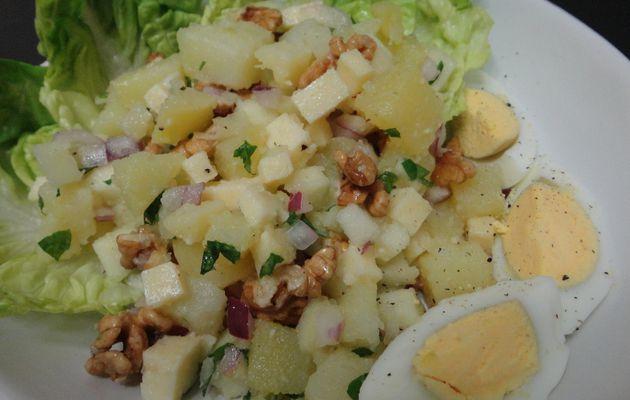 Salade aux deux pommes, noix et cantal