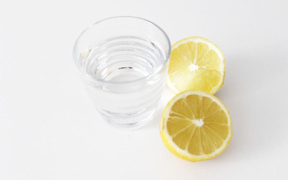 Bere a digiuno acqua e limone ha numerosi vantaggi, depurativi, diuretici e regolatori del PH