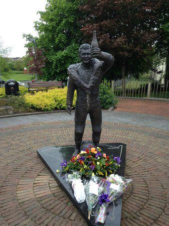Une statue en hommage à William Dunlop.