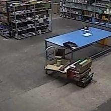 Un chariot se déplace tout seul dans un entrepôt