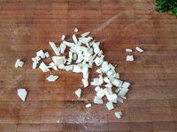 2 - Laver et sécher le persil plat, le ciseler. Peler, dégermer et tailler l'ail finement. Faire revenir les légumes (pois gourmands et fèves) dans le wok avec les 2 cuil. à soupe restantes d'huile d'olive, ajouter le persil ciselé, l'ail taillé, assaisonner avec sel et poivre, laisser cuire environ 8 mn. Incorporer ensuite le veau et les crevettes, ajouter le jus d'un demi citron, mélanger bien l'ensemble et déguster aussitôt.