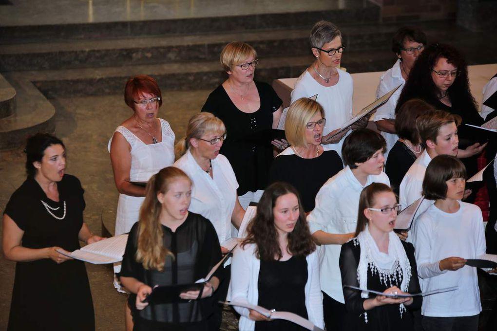 """Zwischen den beiden Auftritten der Belgier glänzte der Projektchor der SMSV mit den vier Spirituals """"Wade in the water"""", """"Rise and shine"""", """"Jacob's ladder"""" und """"Ride the chariot"""", von Christina Stibi am Klaiver begleitet."""
