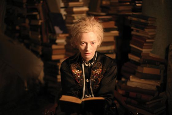 Tilda Swinton dans 'Only lovers left alive' de Jim Jarmusch (2013) (photo Sandro KOPP : http://www.laweekly.com/2014-04-10/filmtv/jim-jarmuschs-vampire-movie-may-be-his-best/)