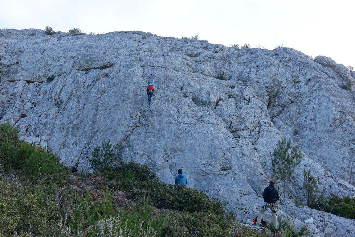 le rocher, de droite à gauche des lignes courtes et bien équipées parcourues ce jour en 4, 5a, 5b (1pas) et 5c (1pas)