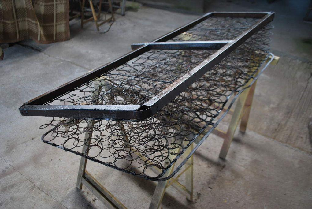 Crédit photos : Alain Chaussade -vues du chassis plancher et des portes à faux latéraux et arriére.l'ossature du siége, traitée pour réfection