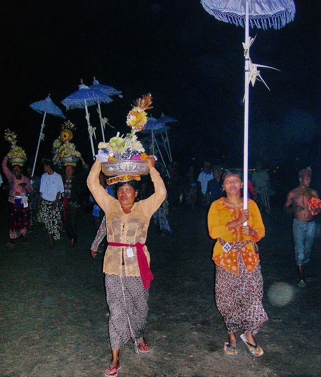 En fin d'après-midi, avec les offrandes, le cortège quitte le lieu de crémation pour le bord de mer, où va avoir lieu la dispersion des cendres. Celles-ci sont chargées dans des urnes sur les bateaux à balanciers, à la tombée de la nuit, puis mises à l'eau avec les offrandes, au large dans la baie. Rappelons que les Balinais sont hindouistes et qu'ils croient dans la métempsychose, c à d que l'âme peut revivre plusieurs fois dans un corps à chaque fois différent. D'où aussi les pleurs très rares lors de la cérémonie: le défunt va revivre autrement et ses proches ne sont pas tristes... Pour nous, les Occidentaux, cette cérémonie de dispersion des cendres dans la mer renvoie à Bachelard et à ses ouvrages, Psychanalyse de la terre, Psychanalyse de l'eau, du feu.