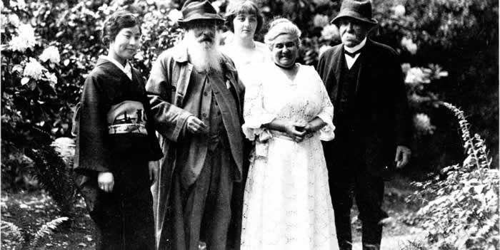 Madame Kuroki, Claude Monet, Alice Butler, Blanche Hoschedé-Monet et Georges Cemenceau (de gauche à droite) dans une allée du jardin, à Giverny, photo prise en juin 1921 par Henri Martinie - Collection Phillipe Piguet