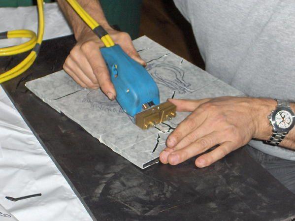 Procédé qui consiste à enlever manuellement le caoutchouc à l'aide d'un fer munit d'une lame qui,chauffant celui ci laissera le copeau de coté et verrat apparaître un sillon.Gérard Gente