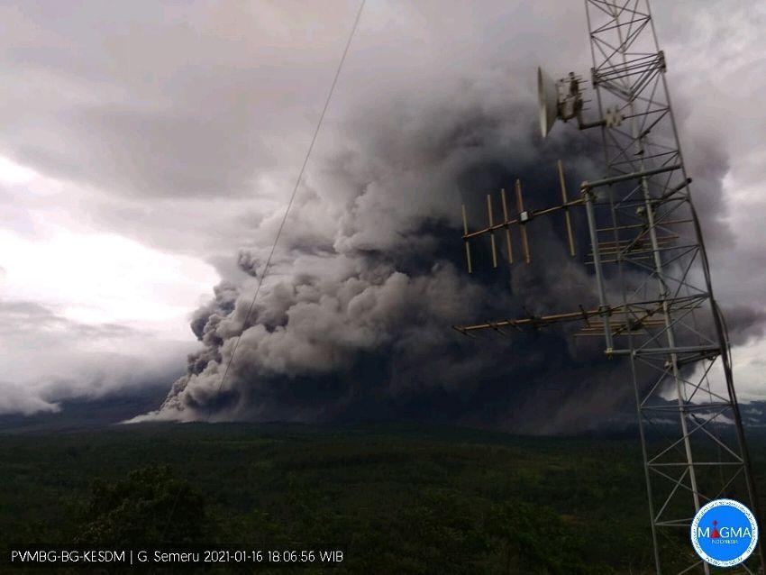 Semeru - le développement de la coulée pyroclastique et du panache co-pyroclastique du 16 janvier 2021 à partir de 17h24 WIB - Doc. PVMBG - un clic pour agrandir