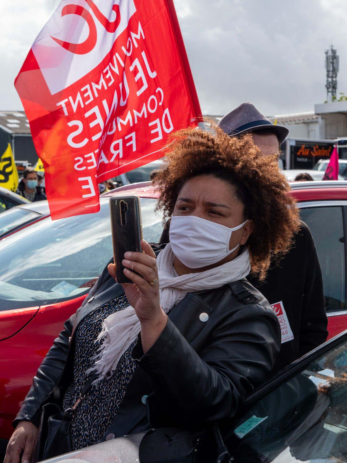 Les élu.e.s et militants du PCF présent·es le 18 mai, devant la plateforme de préparation et de distribution du courrier de Guipavas aux côtés des postier·es en grève