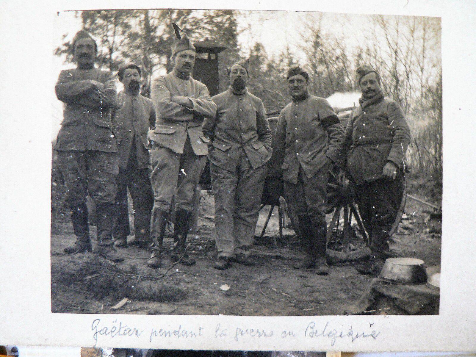 """Aujourd'hui c'est la fête de mon grand père Gaëtan qu'on voit au milieu de la photo prise pendant la """"grande"""" guerre. (archives familiales)"""