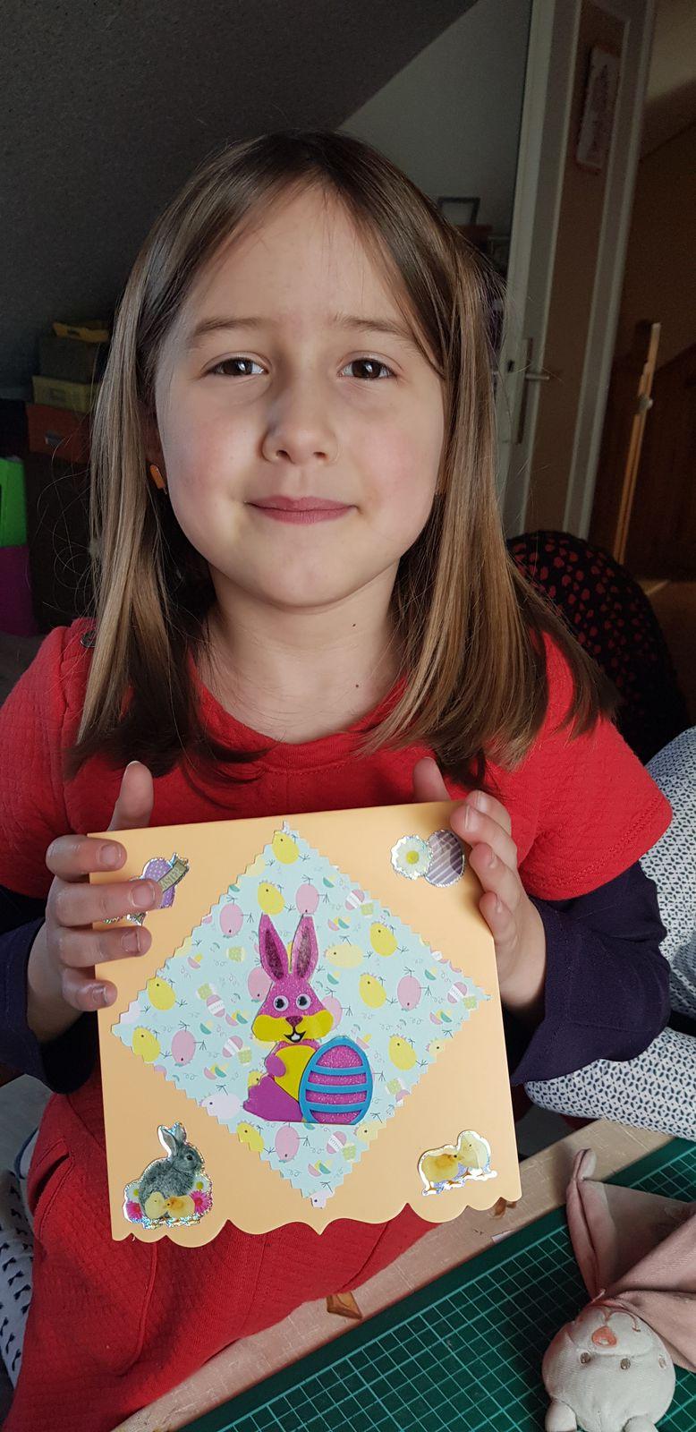 Et deux petites cartes qui seront destinées à être envoyées  dans une maison de retraite pour souhaiter de joyeuses Pâques  aux papis et mamies  privé  de visites