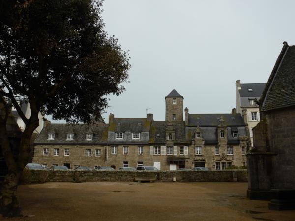 ...superbes maisons en granit des riches armateurs et corsaires (quand les guerres faisaient décliner le commerce !)