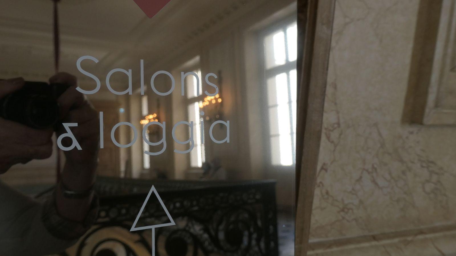Une salle de bal sublime (on nous aperçoit dans un miroir)