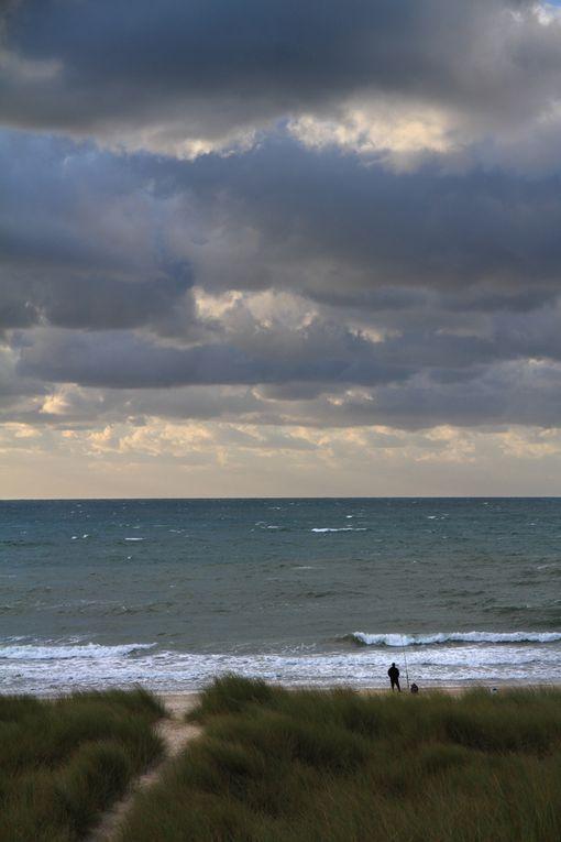 Lumières et soleil couchant sur la mer et la plage de Saint Martin de Bréhal (50)