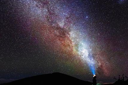 Voie Lactée au dessus du Piton de la Fournaise 🌋 🇷🇪   Parfois, il suffit de lever la tête pour prendre conscience de la place que tu occupes dans cet univers, que ta seul et unique chance est d'être en vie sur cette minuscule planète.  Je considère que nous humain avons tiré le gros lot cosmique alors je ne gâche plus mon temps aux choses sans importance, car de tout ce que l'on possède :  LE T