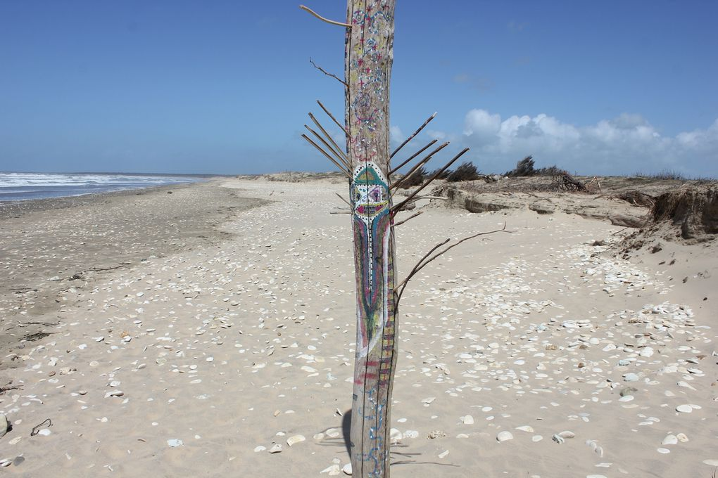 Plage de Grand Village. Totems d'avril 2014.