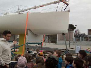 Un bateau devant l'école
