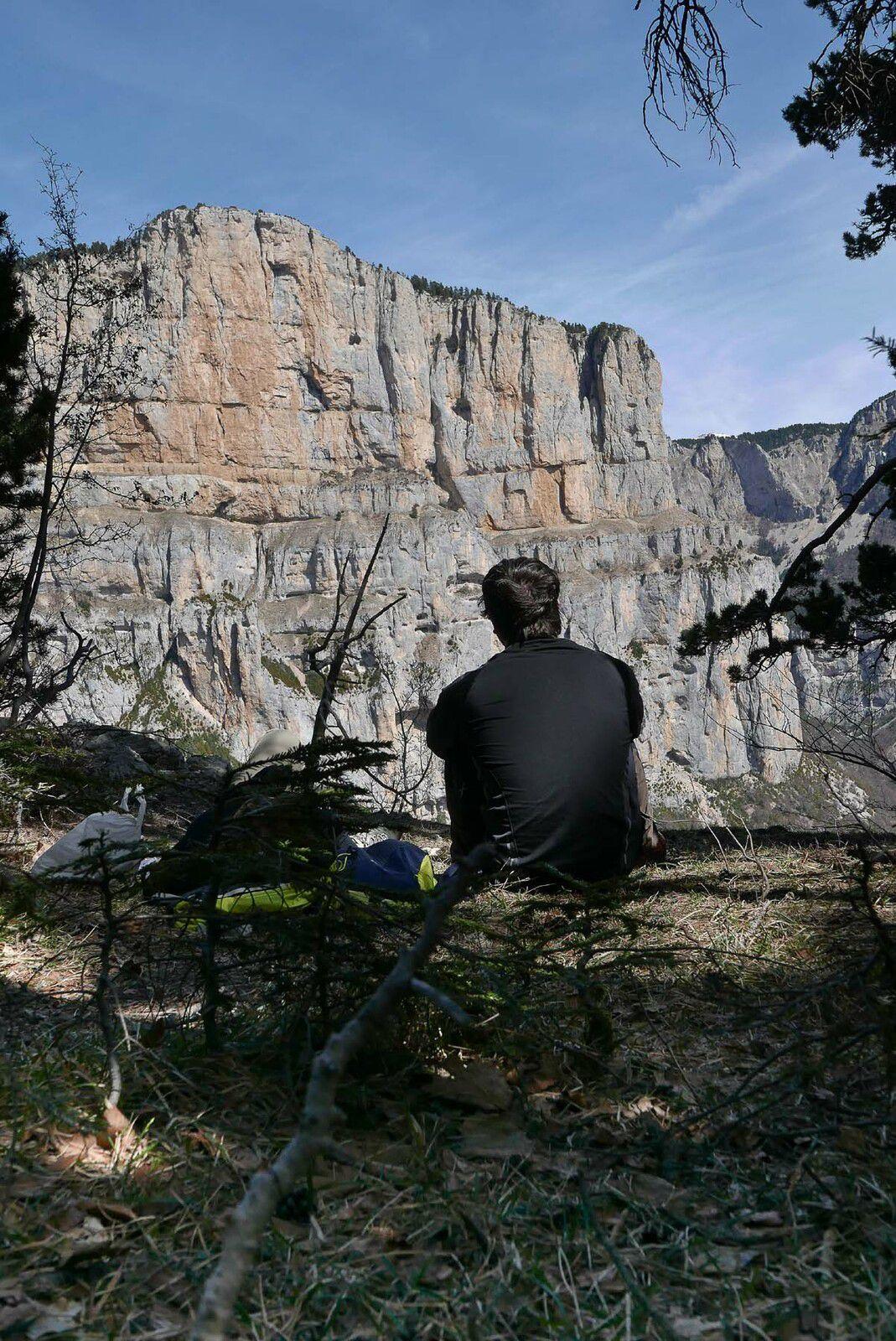 """Un pierrier à remonter, puis de magnifique point de vue sur le rocher du Jardin du Roy et particulièrement du secteur nommé """"paroi rouge """" par les grimpeurs."""