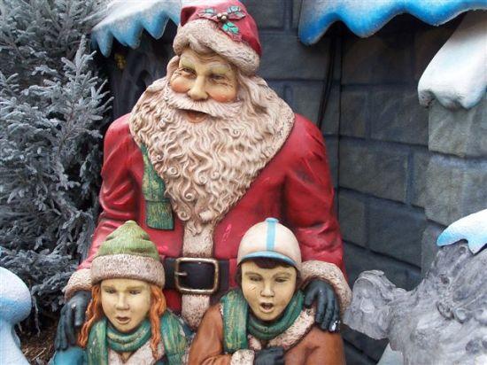 Vendredi 14 Décembre 2008 Le Père Noël nous a fait la surprise de venir accompagné de la Mère Noël et en caleche.