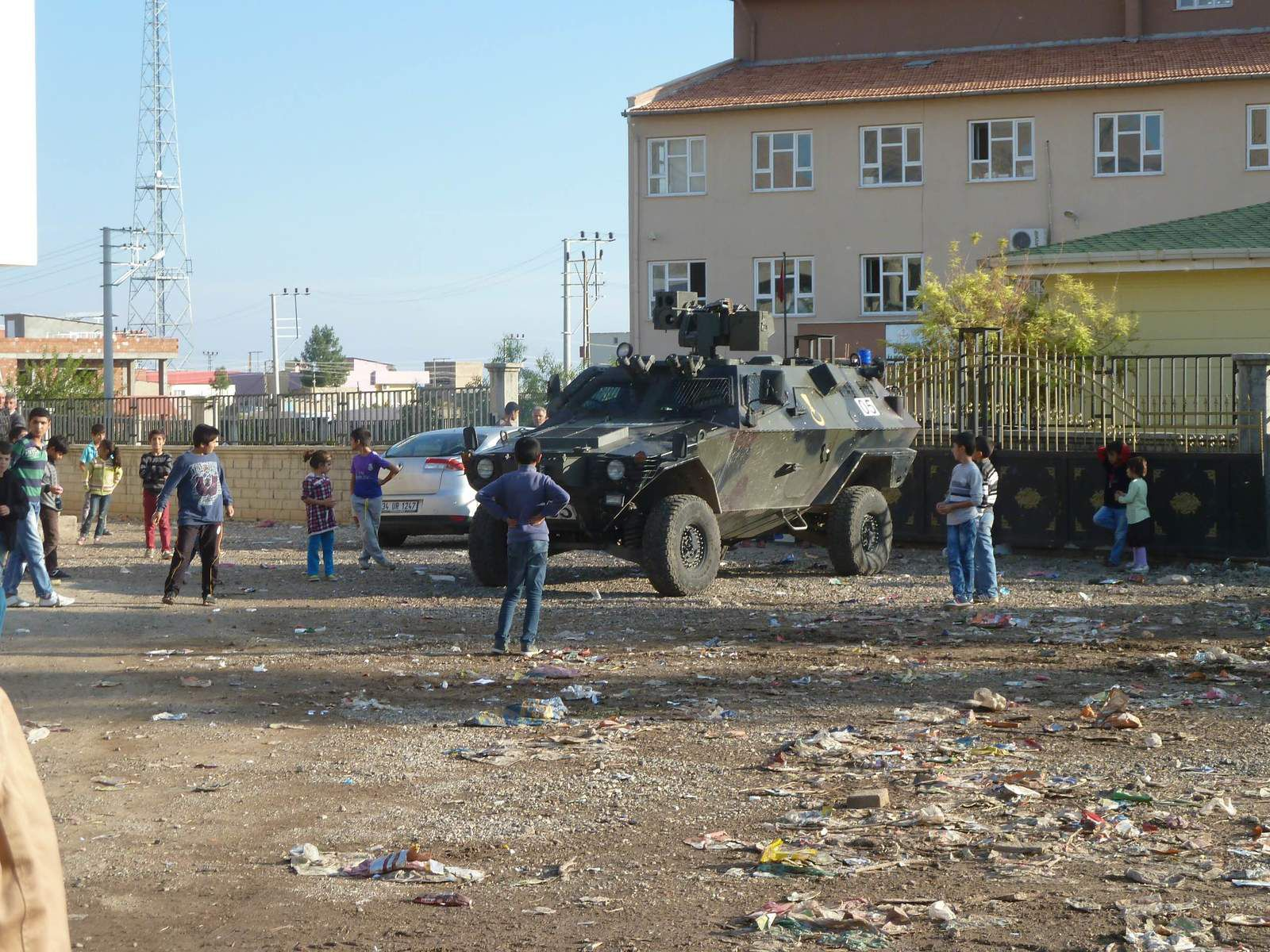 Police armored in front of the Duruca polling station, near Nusaybin, November 1, 2015. Photo Etienne Copeaux