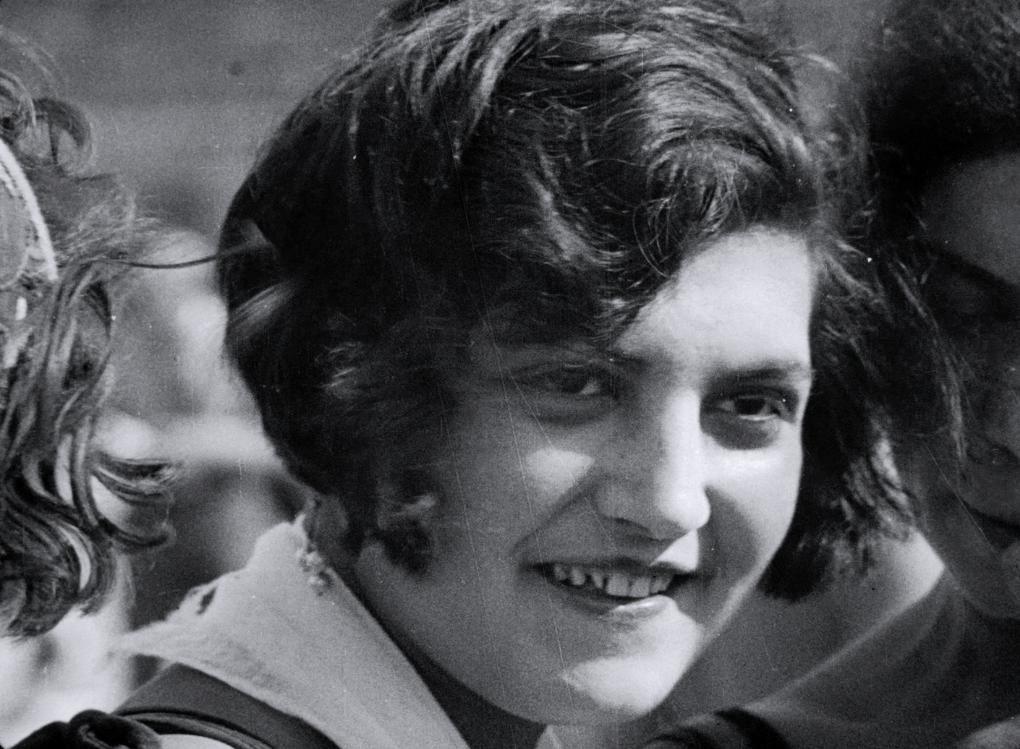 La Šub (Suraž, 16 mars 1894 - Moscou, 21 septembre 1959), après avoir monté pour le public russe de nombreux films étrangers, dont Dr Mabuse avec Eisenstein, devient la première femme réalisatrice du cinéma soviétique et la meilleure documentariste après Dziga Vertov.