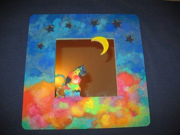 50 euros - Cadre en bois peint et verni - 37,5 x 37,5 cm - Livré avec miroir et système d'accrochage - Le miroir peut être retiré et remplacé par une photo/image - Le cadre peut être dédicacé.