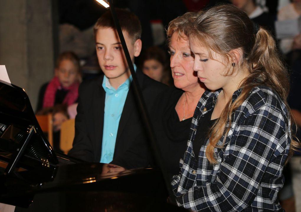 "Voluminösen Klang an zwei Flügeln erzeugten die schon fortgeschrittenen Klavierschüler Lea Kunkel, Michelle Samoticha, Lotte Mader und Peter Kutscher mit dem bekannten Lied ""Joy tot he world""."