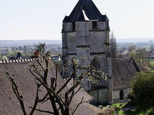 Photographies de Frédéric Ménissier jouant, en avril 2021, avec le regard de Notre-Dame de Freneuse.