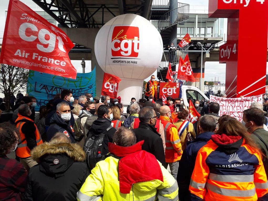Rassemblement devant Orly4 sous le ballon de la CGT ADP