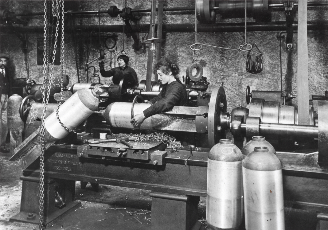EBV : atelier de fabrication d'obus en 1915 (photo bibliothèque municipale de Grenoble)