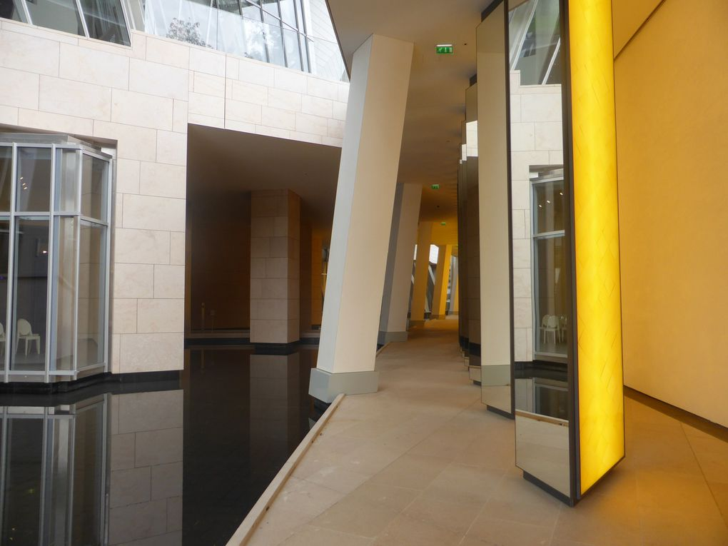 Olafur Eliasson, Inside the horizon, 2014. Acier inoxydable, aluminium, système lumineux LED, verre coloré, miroir. 5,4 x 5,2 x 91 m. © Le Curieux des arts Gilles Kraemer, Fondation Louis Vuitton, Paris, 17 octobre 2014
