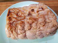 2 - Faire fondre le beurre dans une poêle avec un filet d'huile d'olive et y faire colorer le rôti de porc préalablement salé et poivré sur toutes les faces pendant quelques minutes avec l'échalote émincée. retirer le rôti de la poêle, et déglacer avec le fond de veau dilué dans 25 cl d'eau tiède, laisser épaissir quelques minutes.