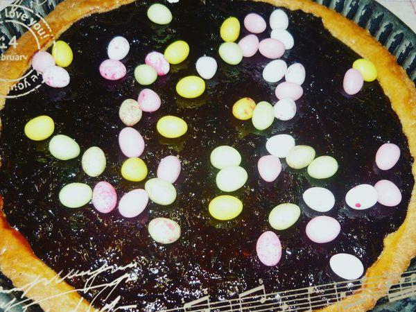 la petite histoire de ce gâteau : Dans notre famille, ce gâteau était toujours au centre de la table pour Pâques et cela dur toujours. Je remercie ma maman qui m'autorise à partager la recette avec vous et qui à fait ce reportage pour vous . Merci à toi !!!  La Recette pour 1kg de beurre il faut 1kg de sucre + 1.800 kg de farine + 8 oeufs (400g) et 2 pour dorer + 5 paquets de levure chimique 55g + une belle pincée de sel + 4 c à s de vanille liquide , le poids au total de votre pâton sera de 4,255 kg, ( nous faisions des grosses quantités car cette base a servi pour la confection de galettes pour les mariage/baptême/communion et les grandes fêtes de famille, c'est toujours le cas présent) 1) réunissez tous ces ingrédients autour de vous (pour un gâteau d'un moule à tarte de 6 personnes vous aurez besoin de 200g de pâte) avec cette quantité pour pourrez faire 21 gâteaux qui ce congèlent très bien. Vous pouvez évidemment diviser la recette. 2) faire un puits avec la farine 3) mettre la levure chimique sur la farine 4) au centre mettre le beurre + le sucre + les oeufs un à un + la vanille liquide et le sel, pétrissez le milieu afin de mélanger les ingrédients 4) ajoutez au fur et à mesure la farine 5) faite un pâton que vous laisserez au frigo au  moins 1h 6) sortir votre pâte 7) tapissez votre moule à tarte  préalablement beurré et fariné avec 200g de pâte  8) badigeonnez le gâteau d'œuf et faite des dessins avec votre fourchette dans le cas si vous le souhaitez sans pruneaux 9) pour un gâteau aux pruneaux , faire une compotée en faisant cuire 400 g de pruneaux dans 1/2 verre de vin rouge, les écraser, retirer les noyaux 10) mettre cette compote sur la pâte 11) enfournez dans un four chaud à 200° pendant 18 à 20 min surveiller la température ( pour un gâteau nature ss fruits, il faut le badigeonnez d'oeuf et faire cuire comme celui aux pruneaux) .... Vous savez tous !!!! et encore Merci  à maman