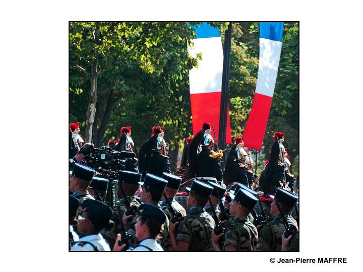 Un aperçu de l'Armée Française avec, entre autres, la Patrouille de France, la Marine, l'Armée de terre, la Légion Etrangère comme si vous y étiez. Paris, les 14 juillet 2011.