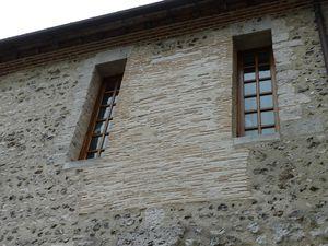 Détails du mur sud du Prieuré (clichés d'Armand Launay, juillet 2013).