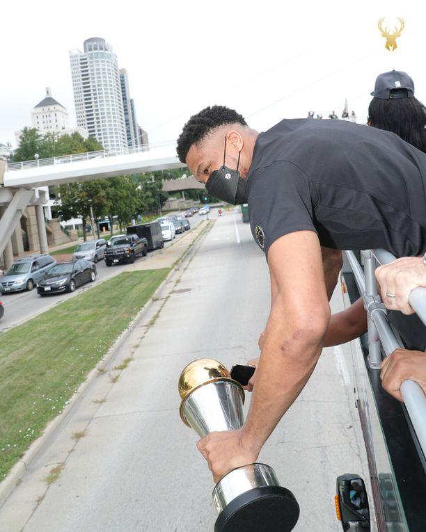 Retour en images sur la Parade des Milwaukee Bucks après leur titre de champion NBA