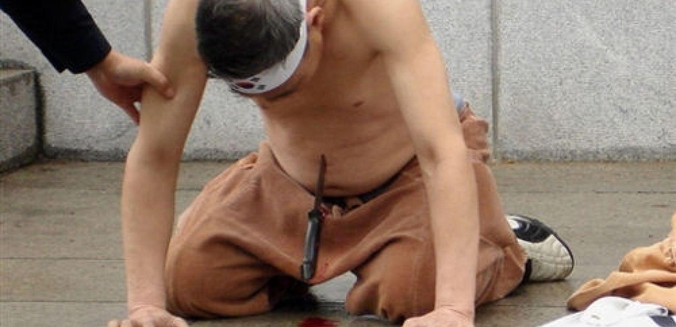 Le hara-kiri (littéralement « coupure au ventre »), est une forme rituelle de suicide masculin par éventration, apparue au Japon vers le 12e siècle