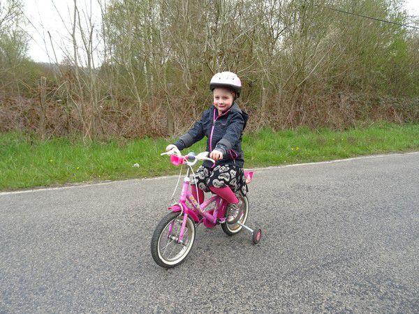 Elle aime les couses cyclistes.