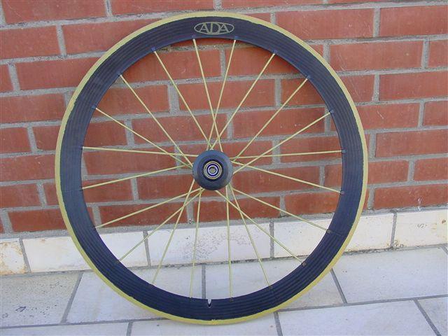 """Des roues de tr&egrave;s haute qualit&eacute; dans la lign&eacute;e des Ligntweight mais d'une fabrication sign&eacute;e Cees Beers.<br /><br style=""""font-style: italic;"""" /><span style=""""font-style: italic;"""">Very high quality wheels as Lightweight line but signed by Cees Beers.</span>"""