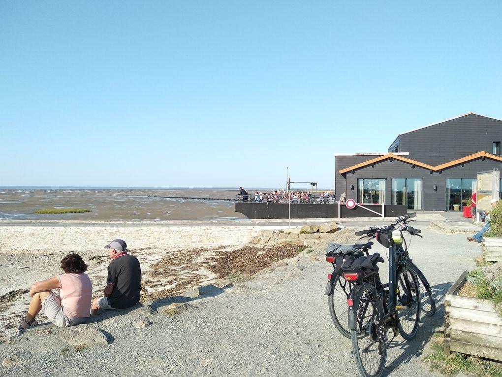 Le passage du gois de l'île de Noirmoutier vers le continent, à pied, en vélo, en voiture !