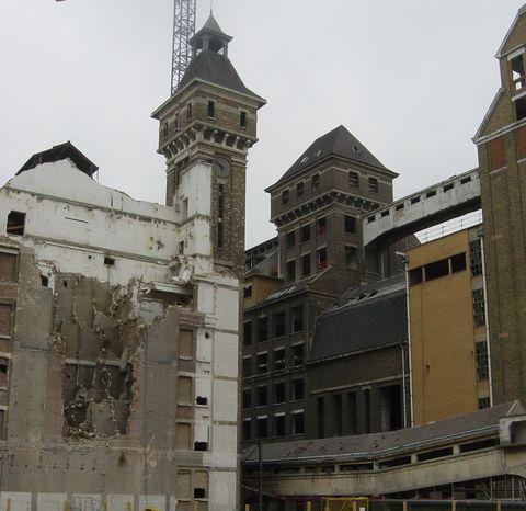 Les Grands Moulins de Pantin, situés le long du canal de l'Ourcq,sont réhabilités pour créer des bureaux.