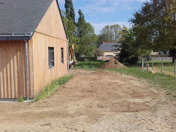 Décaissement de la futur terrasse engazonnée, avec en prévision un muret de pièrre sèche et quelques marches