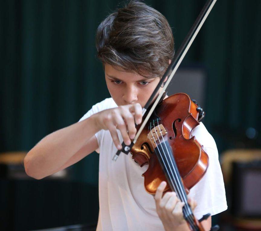 Ein die Zuhörer mitreißendes Medley  von zwei Ungarischen Tänzen, bearbeitet für Geige, spielte virtuos Johannes Knorr.
